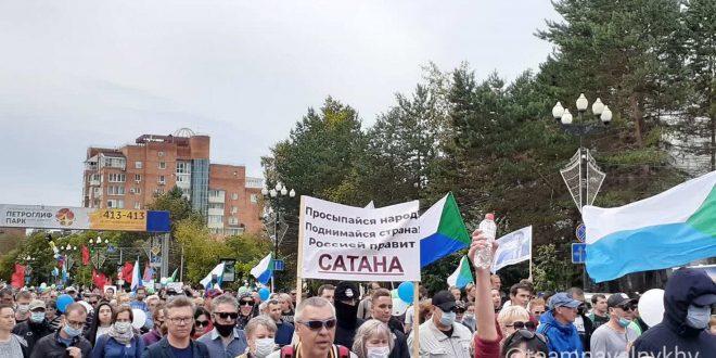 """В Хабаровске люди прошли под Бетховена, выкрикивая """"Мы идем по лужам, Путин нам не нужен"""" и """"Вова, выпей чаю, Хабаровск угощает"""""""