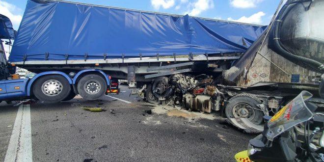 Два грузовика столкнулись на большой скорости на шоссе №6, один водитель мертв