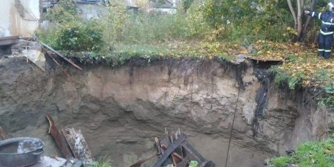 в Брянской области дом вместе с жильцами обрушился в карстовый провал