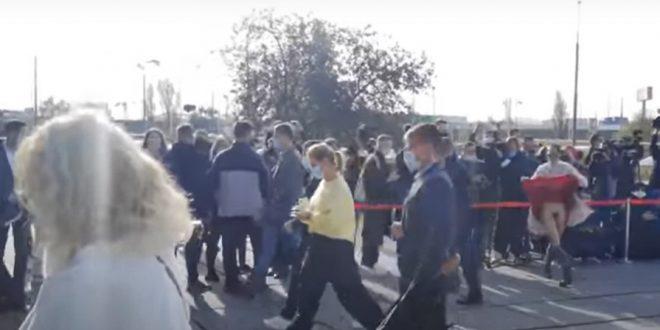 Намазавшая лобок зеленкой и снявшая трусы активистка подняла красную юбку перед президентом Зеленским. ВИДЕО