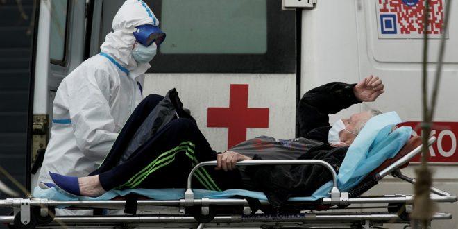 """В Омске из-за нехватки мест в больницах """"ковидников"""" выгрузили у здания Минздрава"""