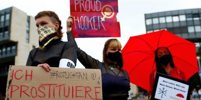 """Франция вводит """"вирусную блокаду"""", в Германии закрывают публичные дома и бассейны"""