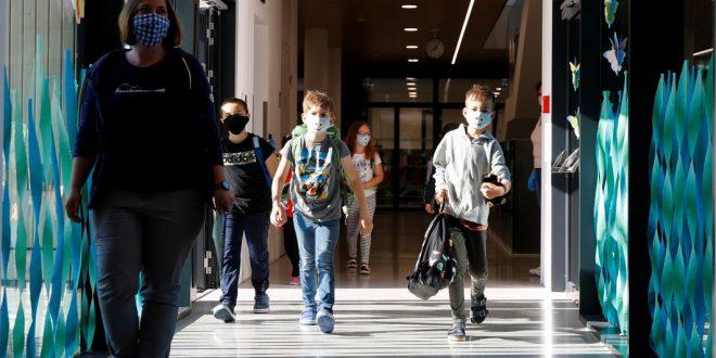 Учащихся младших классов израильских школ возвратили за парты