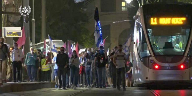 Они гуляли по трамвайным рельсам – левых демонстрантов закидывают яйцами и опрыскивают газом
