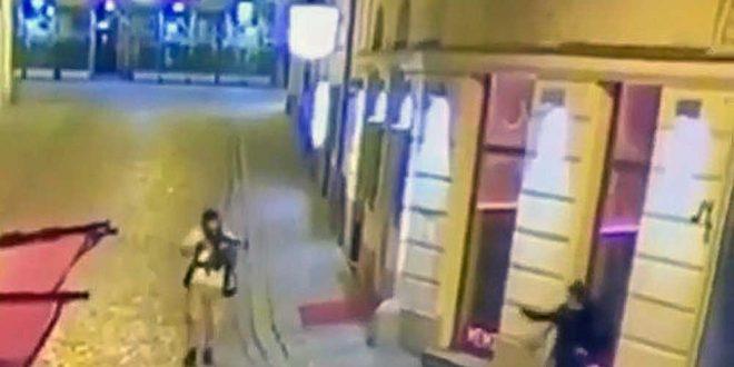 Камеры зафиксировали, как венский террорист стреляет в одну из жертв. 18+