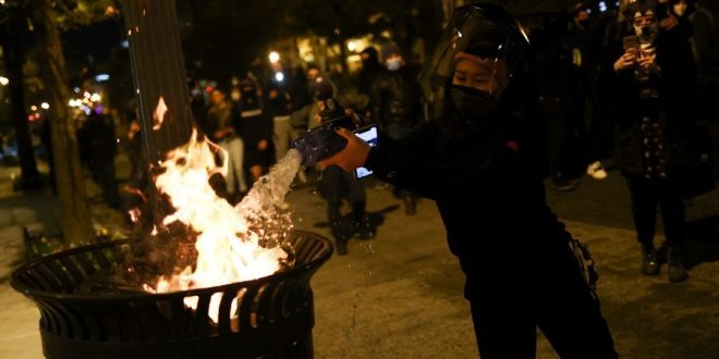 """В США зафиксированы первые """"выборные"""" столкновения с полицией и первые драки. ВИДЕО"""