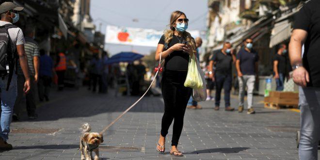 израильтяне ходят в одних и тех же масках, игнорируя рекомендации врачей