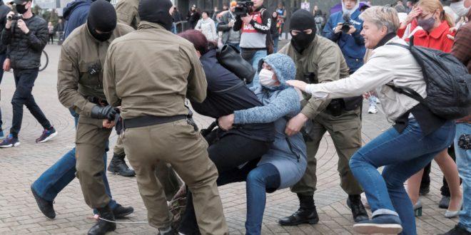 """Очередные жуткие кадры из Минска: силовики бьют и """"пакуют"""" студенток"""