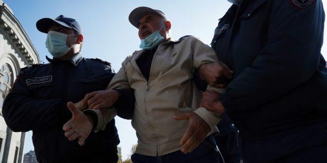 В Ереване начались массовые задержания участников протестов против соглашения с Азербайджаном