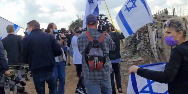 """Правые активисты с песней """"Ам Исраэль хай"""" выгнали любопытных европейцев из Иерусалима"""